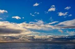 Salida del sol hermosa sobre el océano Foto de archivo