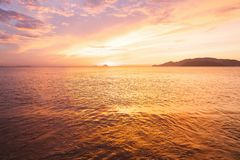 Salida del sol hermosa sobre el océano Fotos de archivo