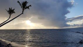 Salida del sol hermosa sobre el océano con las ondas que se mueven a Beac rocoso Fotos de archivo libres de regalías