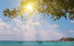 Salida del sol hermosa sobre el océano de la turquesa en la isla de Sri alta y delgada Fotografía de archivo