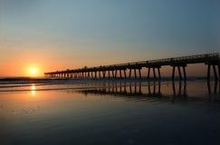 Salida del sol hermosa sobre el océano y el embarcadero Fotografía de archivo