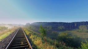Salida del sol hermosa sobre el valle con la niebla hermosa en otoño metrajes