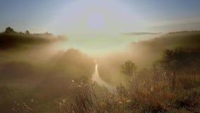 Salida del sol hermosa sobre el valle con niebla hermosa en otoño metrajes