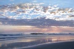 Salida del sol hermosa sobre horizonte del océano Fotos de archivo