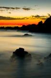 Salida del sol hermosa sobre la costa Foto de archivo libre de regalías