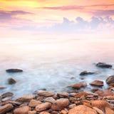 Salida del sol hermosa sobre la costa de mar rocosa Imagen de archivo libre de regalías