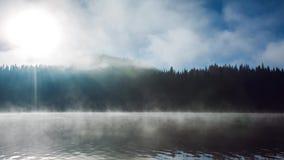 Salida del sol hermosa sobre la montaña y la niebla sobre el místico ake, vídeo almacen de video