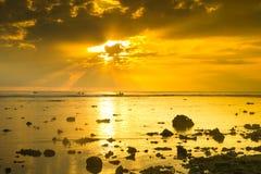 Salida del sol hermosa sobre la playa imagen de archivo