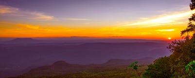Salida del sol hermosa sobre las montañas fotografía de archivo