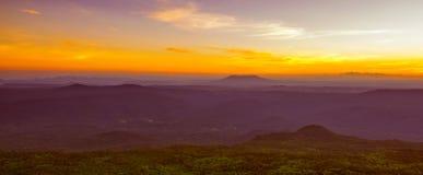 Salida del sol hermosa sobre las montañas fotografía de archivo libre de regalías