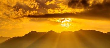 Salida del sol hermosa sobre las montañas foto de archivo libre de regalías