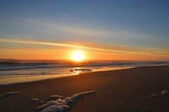 Salida del sol hermosa sobre Océano Atlántico Imagen de archivo