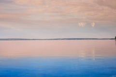 Salida del sol hermosa sobre un lago adentro fotografía de archivo