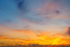 Salida del sol hermosa y cielo nublado fotografía de archivo libre de regalías