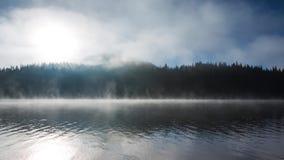 Salida del sol hermosa y niebla sobre el lago místico de la montaña, vídeo almacen de metraje de vídeo