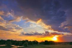 Salida del sol hermosa y nubes dramáticas en el cielo. Foto de archivo libre de regalías