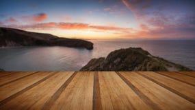 Salida del sol imponente del verano sobre paisaje tranquilo del océano con el pl de madera Foto de archivo