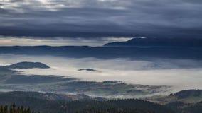 Salida del sol imponente en las montañas de Tatra con las nubes que fluyen, Polonia metrajes