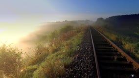 Salida del sol imponente sobre el valle con niebla hermosa en otoño almacen de metraje de vídeo
