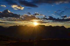 Salida del sol imponente sobre las montañas suizas imagenes de archivo