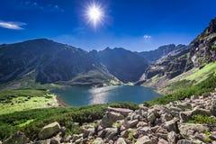 Salida del sol impresionante sobre Czarny Staw Gasienicowy en verano, Tatras Imagen de archivo