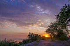 Salida del sol increíblemente hermosa en el río Fotos de archivo