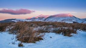 Salida del sol del invierno en Skiddaw en el distrito del lago imagenes de archivo