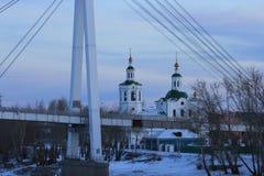 Salida del sol La margen izquierda del río de Tura y del puente del ` s del amante Tyumen Ruso Siberia Imágenes de archivo libres de regalías