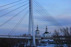 Salida del sol La margen izquierda del río de Tura y del puente del ` s del amante Tyumen Ruso Siberia Foto de archivo libre de regalías