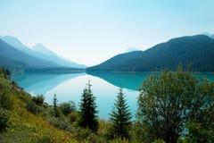 Salida del sol, lago en el parque nacional del jaspe, Canadá Fotos de archivo libres de regalías