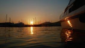 Salida del sol del lapso de tiempo en el puerto de la ciudad de vacaciones de Bodrum, Turquía Yate de lujo amarrado en la bahía metrajes