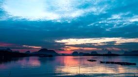 Salida del sol del lapso de tiempo en un pequeño pueblo pesquero en Tailandia meridional metrajes