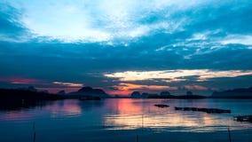 Salida del sol del lapso de tiempo en un peque?o pueblo pesquero en Tailandia meridional almacen de video