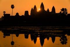Salida del sol limpia espectacular en Angkor Wat Cambodia. Fotos de archivo