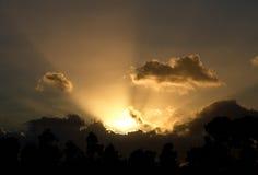 Salida del sol llamativa en un cielo nublado Imagenes de archivo