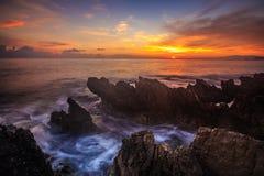 Salida del sol a lo largo de la costa costa siciliana rocosa Imagenes de archivo