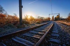 Salida del sol a lo largo del ferrocarril en caída Foto de archivo libre de regalías