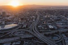 Salida del sol Los Ángeles aéreo 10 y autopista sin peaje 110 Imagen de archivo
