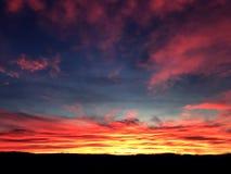 Salida del sol mágica del cielo en cielo azul del terciopelo Imágenes de archivo libres de regalías