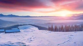 Salida del sol magnífica del invierno en pueblo de montaña abandonado con sn Fotos de archivo