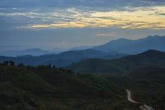 Salida del sol majestuosa en el paisaje de las montañas Fotografía de archivo libre de regalías