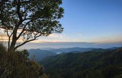 Salida del sol majestuosa en el paisaje de las montañas. Fotografía de archivo