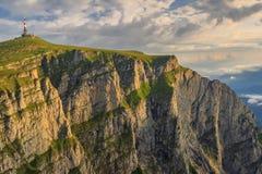 Salida del sol majestuosa en las montañas, montañas de Bucegi, Cárpatos, Rumania Foto de archivo