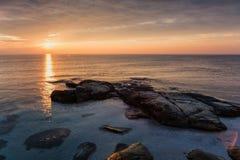Salida del sol del mar en la costa del Mar Negro cerca de Ravda, Bulgaria Salida del sol rocosa Imágenes de archivo libres de regalías