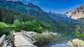 Salida del sol maravillosa en el lago en las montañas de Tatra en Polonia Foto de archivo