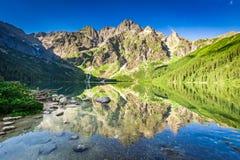 Salida del sol maravillosa en el lago en las montañas de Tatra en verano Imágenes de archivo libres de regalías