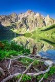 Salida del sol maravillosa en el lago en las montañas de Tatra, Polonia Foto de archivo