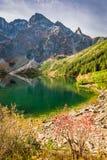 Salida del sol maravillosa en el lago en las montañas de Tatra en otoño Imagen de archivo