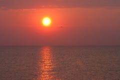 Salida del sol maravillosa en el mar Fotos de archivo libres de regalías