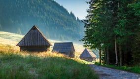 Salida del sol maravillosa en el valle Chocholowska, montañas de Tatra en Polonia Fotos de archivo libres de regalías
